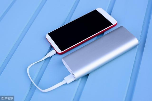 手机边充电边玩,消耗的电量是来自电池还是充电器呢?