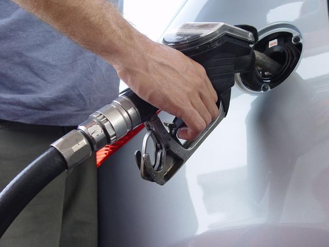 """""""加满""""和""""加两百元""""汽油哪种更伤车?不少车主都被骗了"""