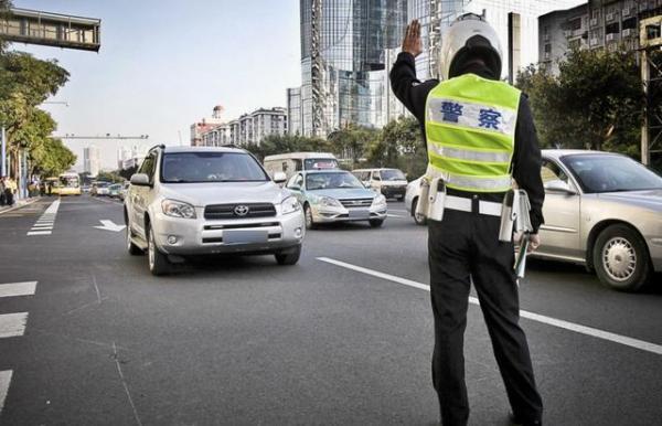交警查车时,为何先摸一下汽车后备箱?主要是因为这三点