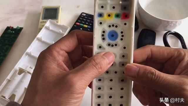 今天才知道,遥控器按键失灵先别扔了,一个小方法自己就修好