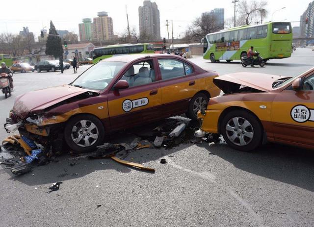 """汽车发生事故怎么办?交警给出""""五字诀"""",只要照着做就行"""