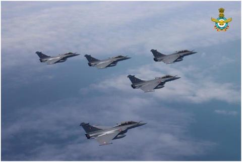"""首批5架""""阵风""""战斗机刚刚到货,有些印度人和印媒就开始""""飘""""了"""