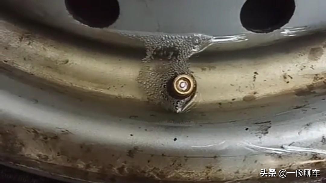 车子换轮胎时这个小备件一定要记得检查,同样是橡胶材质都会老化