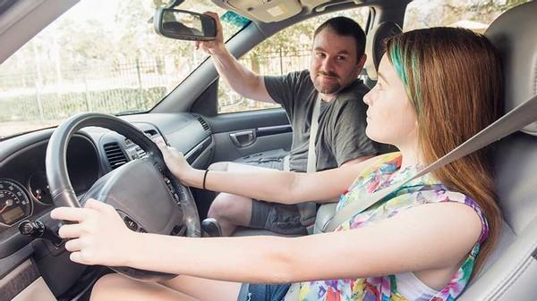 怎么区分会开车和不会开车的人?内行人:4个细节显差距