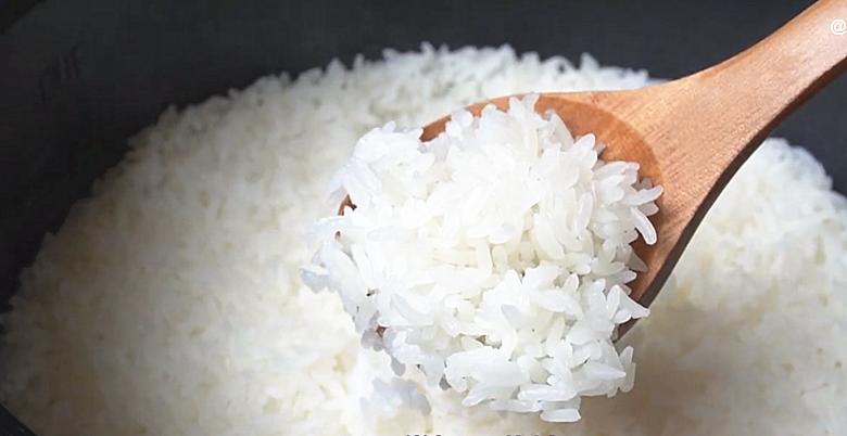 电饭锅蒸米饭,多加2步,出锅粒粒分明,松软好吃不粘锅,真香