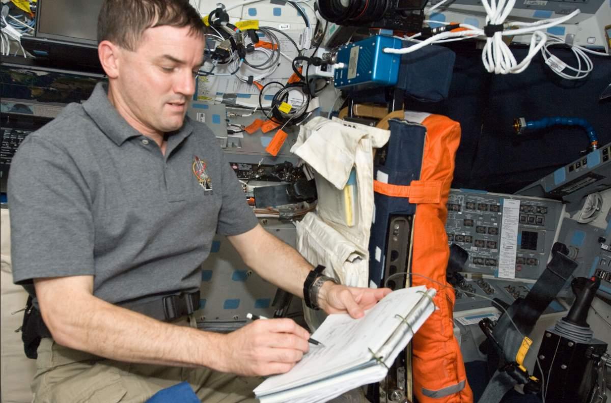 太空中不能用铅笔,也不能用钢笔,这是为什么?