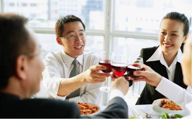 饭局上,当你想去给领导敬酒时,要懂得这3条规矩,以免讨人嫌