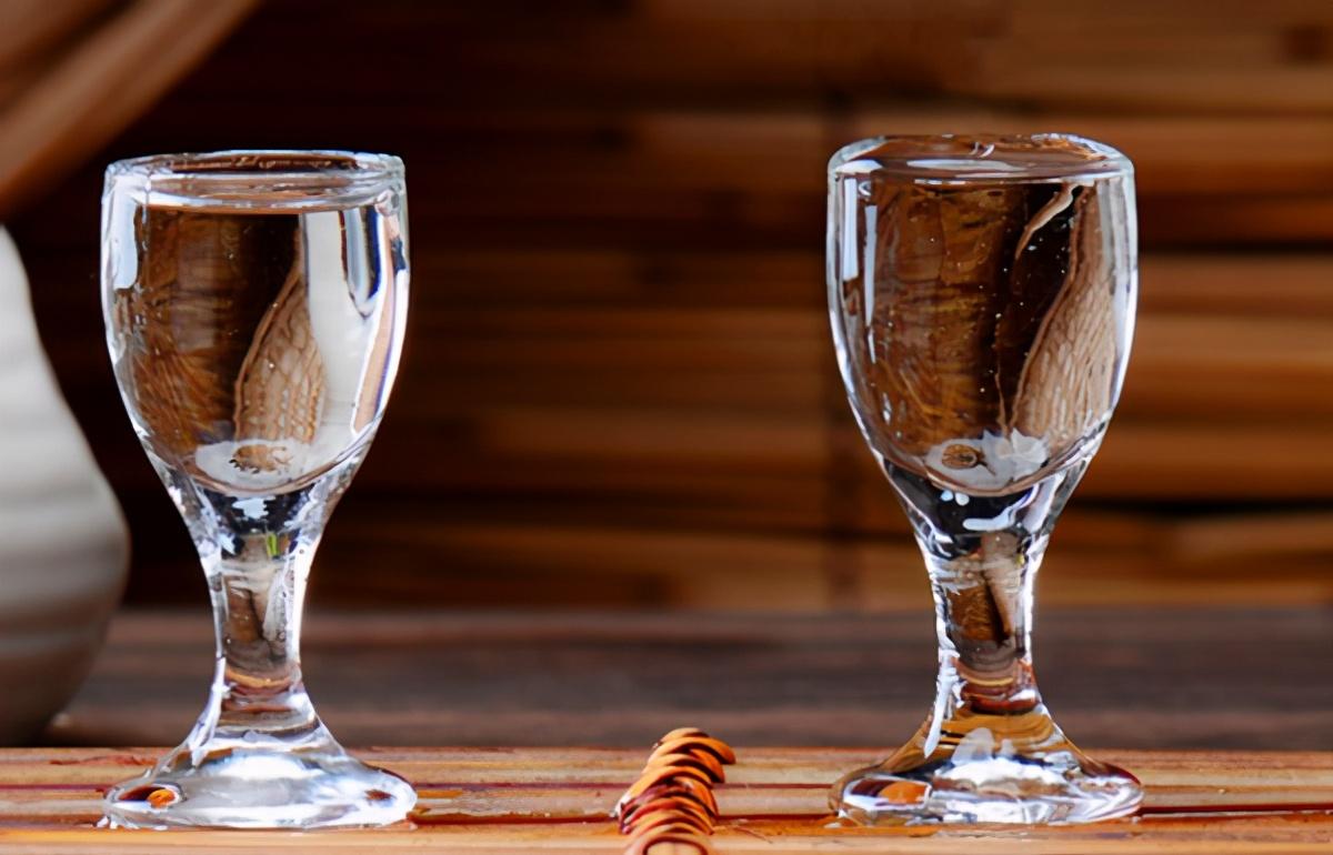 酒问|买白酒要留意!白酒瓶子上的1字头和2字头有啥区别?不要再乱买了